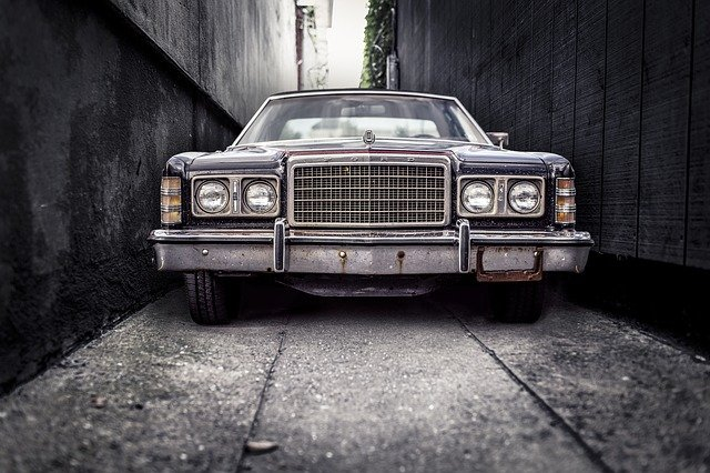 auto v uličce