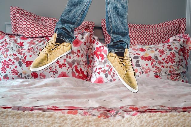 skok na posteli)
