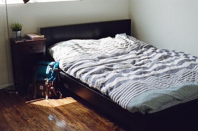 Posteľ s pásikavými obliečkami.jpg