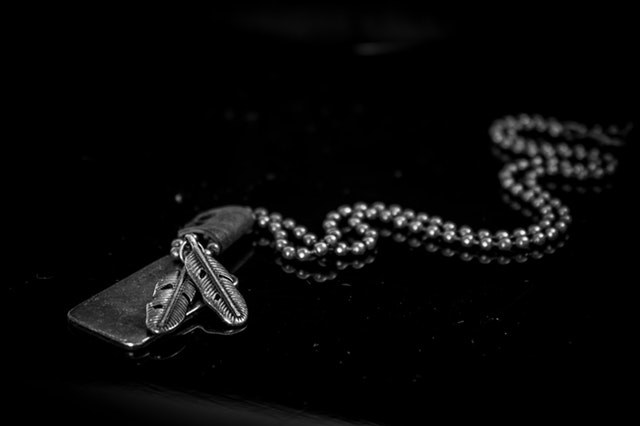 strieborný šperk v čiernobielom