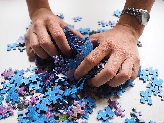 Človek sa hrabe v množstve častí puzzle.jpg