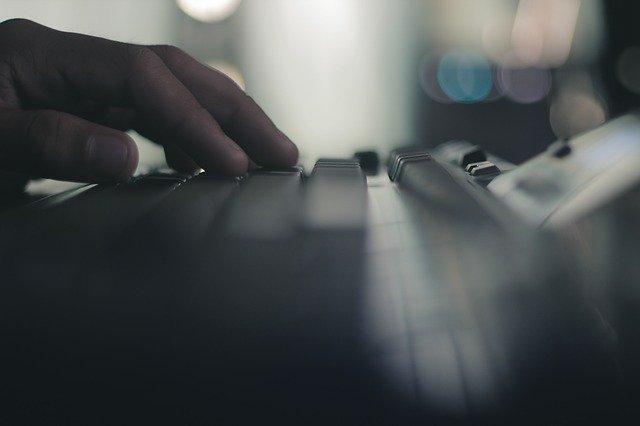 Človek píše na klávesnici v tme.jpg