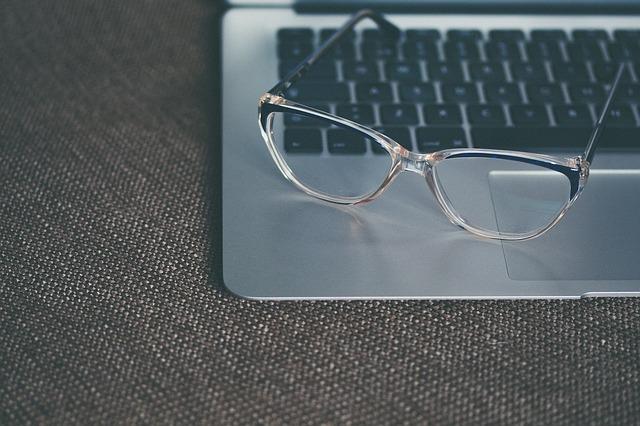 Dioptrické okuliare položené na striebornom notebooku.jpg