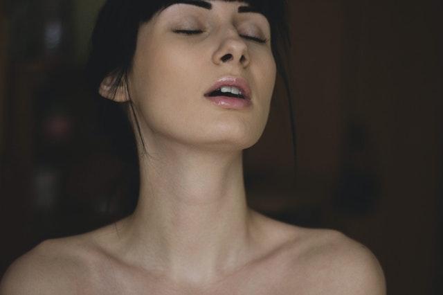 Žena so zatvorenými očami sa tvári blažene